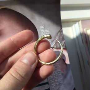 Fine øreringe. De står ikke helt lige så klart frem i guld, som da jeg købte dem. Men det er ikke noget jeg synes ses når man har dem på