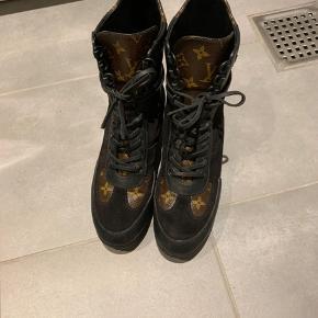 Næsten som nye Louis Vuitton støvler. Købt i London den 18/1/2019 kun gået med dem et par gange. Står derfor i rigtig flot stand uden ridser eller andet. Nypris 7.600kr