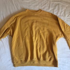 Sweatshirt fra esprit. Lille plet som jeg ikke kan få af, men ses ikke på afstand
