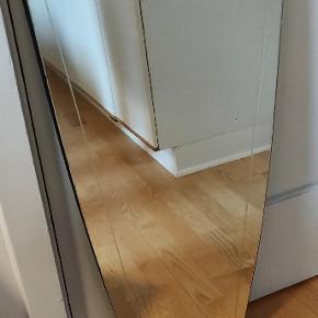 Flot ældre spejl med passende patina. Messing foroven og forneden Fast pris 🙂 Højde ca 78 cm og 35 cm i diameteren