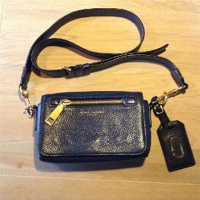 Varetype: Cross Over Taske Størrelse: 22x15x6 Farve: Mørkeblå Oprindelig købspris: 2700 kr.  Skøn taske....et par år gammel ,men ikke brugt meget......den lukkes med magnet lås  Der er et stort rum indvendigt og et lille med lynlås....udvendig et lynlåsrum  Mp 1500 pp  Betaling via mobilpat,ved tspay betaler køber gebyr