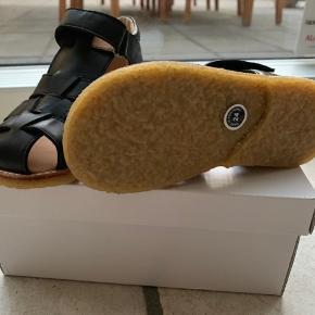 Helt nye sandaler som er købt for store