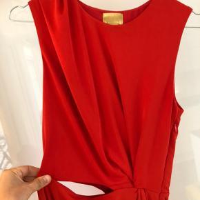 Smuk, lang kjole i rød i str 36. Den har fine detaljer med slids og åbning i den ene side ved hoften. Den er brugt en enkelt gang til et bryllup. Den er lagt op af professionel syerske. Jeg er 166 cm høj. Den kan afhentes på Islands brygge eller sendes på købers regning.