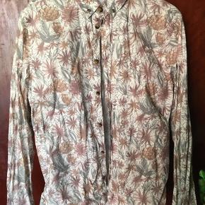 Lækker Norse Projects skjorte med blomstertryk. Str. L