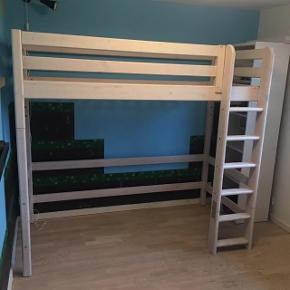 """Flexa højseng samt dertil ben så sengen kan blive halvhøj - med lige stige. Der er mulighed for at sengen kan ændres fra helt lav (alm højde), til halvhøj og videre til helt høj seng (loftseng) blot ved at skifte benene ud på den.  Benene til halvhøj er ikke brugt til sengen, da de kommer fra en anden Flexa seng men de burde passe på.  Sengen er brugt og har derfor brugsskrammer, disse er dog uden betydning for brug.  Bemærk at stigen er sammensat af 2 dele, dette skyldes at stigen er købt for lavt (ved en fejl) til højseng, men ved at fjerne den nederste del af stigen kan den bruges til halvhøj også.  Sengen måler: Max højde højseng: 185 cm Max højde halvhøj seng: 120,5 cm Max højde alm seng: 66,5 cm  Sengens ramme måler : Brede 100 cm Længde 210 cm  Madras størrelse: 90x200 cm passer i rammen. Madrassen følger ikke med!  Der følger desuden også en """"skinde-lampe"""" med som har været monteret i hulen under sengen. 😊  Kommer fra dyrefrit og røgfrit hjem.  Skal afhentes på adressen, 6710 Hjerting.  Se flere billeder i kommentar."""