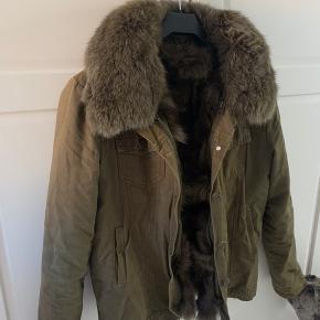 Sælger min elskede meotine jakke, den er i flot stand og har passet godt på den. Det er en xs/s men er ret stor i størrelsen så en medium ville godt kunne passe. Pelsen kan tages af hvis man fortrækker det.