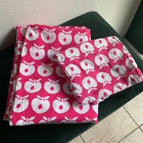 Lækkert senge sæt i lyserød med hvide æbler fra småfolk 90x130 PP