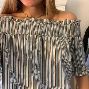 Virkelig fin off shoulder bluse fra Ganni  Str S-M Ingen tegn på slid Byd gerne🍋