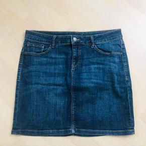 Lækker denim nederdel fra Esprit. Brugt en del men fremstår flot. Med let stretch. Str. 30 svarer en normal str. 40. Længde: 42 cm