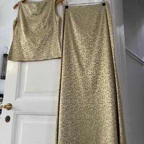 Vintage skræddersyet sæt fra Ann Wiiberg.  Top i guldbrokade Lang nederdel i guldbrokade Blødt stof der falder fint og feminint Nederdel livvidde 2x37cm Længde 100cm