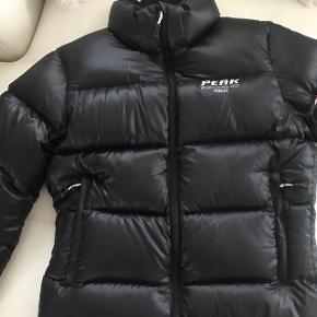 Super fed eksklusiv ski jakke / dun jakke.  Kun brugt få dage Nypris: 3000.-kr  Sælges for kun 1500.-kr  Str.s Sort