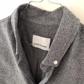Lækker skjorte fra Samsøe Samsøe  Grå mønsteret.  Brugt få gange.  Str. L