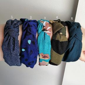 Ny hårbøjle KUN 40 kr. stk.   Disse kan bruges både af børn og voksne. Farven kan variere lidt fra billedet pga. lyset. Hver enkelt er unik og mønstret vil derfor variere.   Fast pris, ingen bytte.   1 stk. 40 kr.  2 stk. 70 kr.  3 stk. 90 kr.   Plus porto: 1 stk. 10 kr. Med PostNord.  1 stk. 33 kr. Med DAO.   Hårspænde hårbøjle hårbøjler Spænder pandebånd