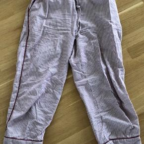 Natbukser med lyserøde og hvide striber.