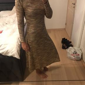 Sælger denne smukke kjole fra Samsøe & Samsøe. Den fejler intet og er brugt et par gange. Den kan bruges både til fest og også en normal hverdag hvor man ønsker og være lidt finere.