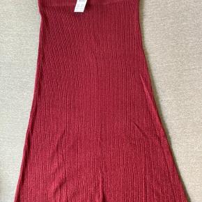 Lang tætsiddende nederdel (74 cm) fra Gina Tricot. Aldrig brugt. Med elastik i livet.  **Kan afhentes på Amager eller Frederiksberg**