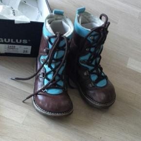 Vinterstøvler fra Angulus str 25. Næsten ikke brugt. Se billeder. Passer både til drenge og piger. Sælges for Mp på 230 kr pp eller afhentes på Amager.