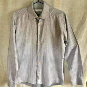 Virkelig lækker White-skjorte fra Bertoni. Aldrig brugt - vasket efter køb. Farve: Grå - hvid - sort Oprindelig købspris: 500 kr Sender gerne på købers regning : DAO 39,-