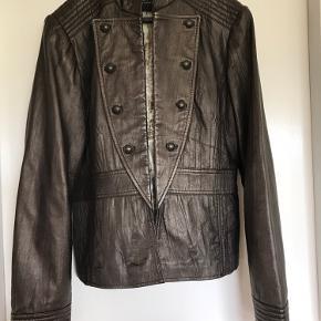 Smart jakke i blank/brunt lammeskind med fine detaljer  Bv 103cm Længde 61cm