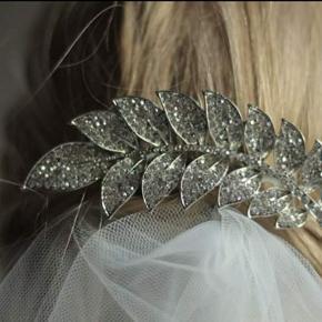 Smukt hårsmykke med similisten. Sender gerne.  Smukt til bruden, konfirmanden eller blot til fest