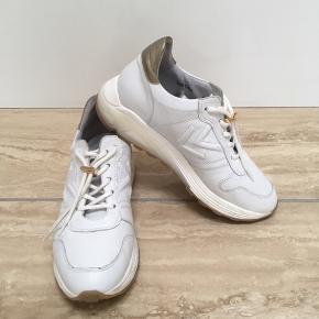 Nypris: 1.400,- Materiale: Skind både ind- og udvendigt Pasform: Min fod måler 26 cm og skoen passer mig perfekt Brugt få gange. Er som ny - fejler absolut intet. BYTTER IKKE.