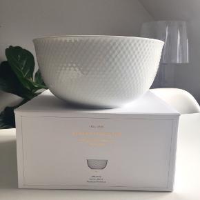 """Lyngby Porcelæn """"Rhombe Bowl"""" håndlavet porcelæn mål: ø21,50 cm. 🥗  Byd gerne kan enten afhentes i Århus C eller sendes på købers regning 📮✉️"""