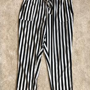 Fede højtaljede sort/hvide stribede bukser.