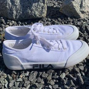 Fede Fila sko! Brugt få gange, men de er blevet lidt beskidte. Ellers fejler de intet🍀