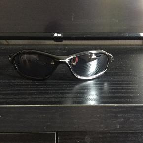 """Super fede 90'er. vintage Oakley solbriller, sælges..    Sælger de her mega fede 90'er vintage Oakley """"flue briller"""", i en klassisk sort farve..    De kommer fra en gammel nedlagt sportsbutik der har haft dem gemt væk på dit lager, i ca 15-18 år..    De er """"NOS"""" hvilket vil sige : New old stock / Ny gammel lagervarer..    De har dog været brugt en smule, og de sælges derfor også billigere end de andre jeg har til salg, herinde..   Sælges incl original Dustbag..    Få nogle super fede og yderst moderne solbriller til sommeren, de færreste har (endnu...)    Ift til hvad nypriserne på lign Oakley solbriller ligger på i snit på nettet, tænker jeg at min mp på 600.kr, er mere end fair! - De er sat ca 50% under dagens markedspris, for lign briller..    Skulle der være rift om dem, ryger de til højestbydende, og ydermere sælges de også på tradono, og G&G.. De skal nok ryge hurtigt, så slå til, imens  tid er..     SE OGSÅ ALLE MINE ANDRE ANNONCER.. :D"""