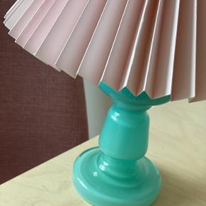 O P A L G L A S 🏝 Fineste lampe i mundblæst turkis opalglas, med håndfoldet og indfarvet Rosa plisséskærm fra Møn👌🏻 ☺️   // 1300,- samlet, inkl lampeskærmsstativ.   Sender gerne 📦