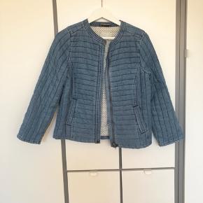 Sælger denne fine jakke fra Nümph. Den er brugt ganske få gange, og fremstår derfor i perfekt stand. Den er lidt oversize i størrelsen, og passes derfor også af en str. 38. Let foret, og fungerer også fint som en cardigan her til efteråret og vinteren.   Mærke: Nümph  Farve: Lyseblå  Str.: 36  Nypris: 600 kr.