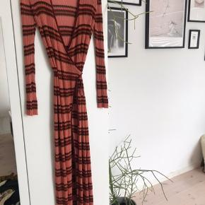 Super fin kjole fra Zara i str s. Rigtig fin stand - kun lidt løse tråde hist og her, men intet man ligger mærke til☺️🌞 Rigtig behagelig at have på og super flot her til sommer!
