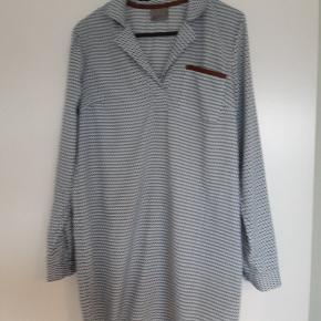 """Rigtig sød tunika i lys blå, hvid og sand med """"ruskindslook"""" på lommekant. Tunikaer falder rigtigt flot, og kan også sagtens bruges som en kort kjole."""