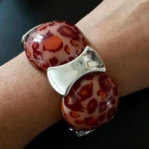 Elastik armbånd med sølv og leopardmønstret perler i røde nuancer (Ø 4 cm)  Aldrig brugt - har fået det i gave   #trendsalesfund