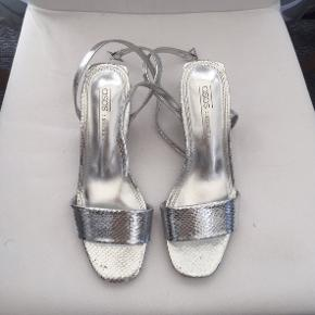 Sølv sandaler med hæl på 5.5 cm. Købt fra asos