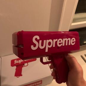 Supreme money gun Søger bud fra 750kr Købt i supreme i LA. (LEGIT) Boksen følger stadig med  Bud skal stige med 50kr    Brugt få gange.  Alle sedler følger med.