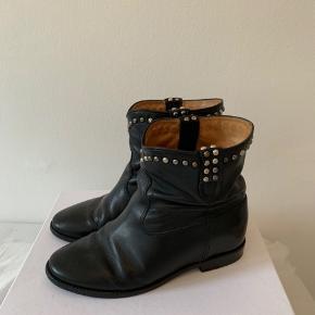 Overvejer at sælge mine Isabel Marant støvler i str. 39 🌸 de fremstår i rigtig fin stand, og æsken medfølger. Nyprisen er 4000,- Byd gerne