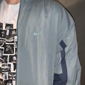 #30dayssellout  Sælger denne vintage windbreaker fra Nike, den er købt i episode.  Modellen er 183 og bruger medium/lagre