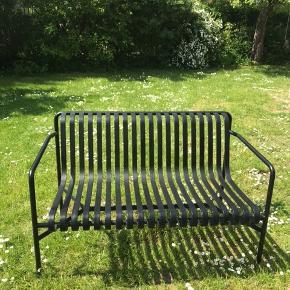 Smuk palissade dining bench fra Hay til haven. Den står som ny og kan stå ude hele året.