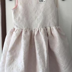 Super flot ny kjole med glimmer på 🤩🎉 Str. 134 Pris 120 kr.