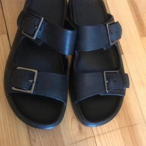 Ecco slippers, aldrig brugt. Lidt læder forskel. Ses på billedet.