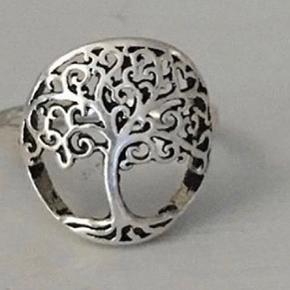 Sødeste lille og fine sølvring (925) med livets træ. Ca str 52/53. 300kr.