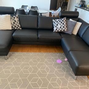 Lækker sofa med chaiselong fra ILVA. Det er en U sofa med plads til 4-5 personer. Stået i 2 år. Nakkestøtter har kostet os alene 1000kr pr styk men dem får I med gratis ved køb af sofaen. Sofaen kostede os 11.000kr.  Se mine andre annoncer sælger alle mine møbler til gode priser