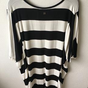 Flot lang tshirt med brede sorte og hvide striber