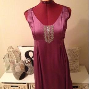Skøn kjole med inderkjole og lille bolero medfølger