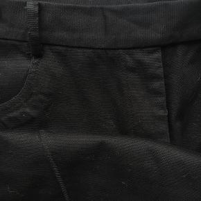 Bukser fra Day med ekstra lange ben så passer fint til en hæl. Jeg har ikke brugt dem da de var lidt for store til mig. 98% bomuld 2% elestan