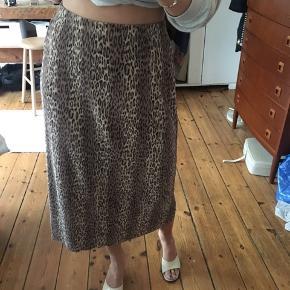 Leopard nederdel ☀️ dyreprint. Så flot !! Falder perfekt ned langs kroppen. Elastisk.  Måler : 86cm i længden
