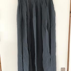 Ny smuk nederdel. S/M. 100% Silke. Butikspris 500,-