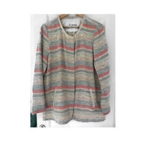 Sælger denne rigtig fine, lyserøde-beige sommer jakke/cardigan fra Six Ames. Den er brugt et par gange, men fejler intet✨🌸   Np: 1300kr