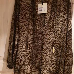 Brand: 8pm Varetype: Bluse Farve: brun/dyreprint Oprindelig købspris: 1699 kr.  Sælger denne super flotte bluse fra 8pm da jeg ikke får den brugt.  Kom med bud.  Handler gerne mobilpay. Ved TS betaler køber TS gebyr.